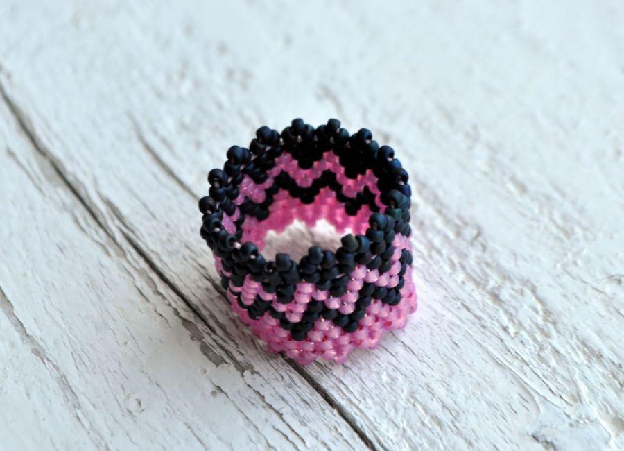 Pierścionek koralikowy czarno-różowy